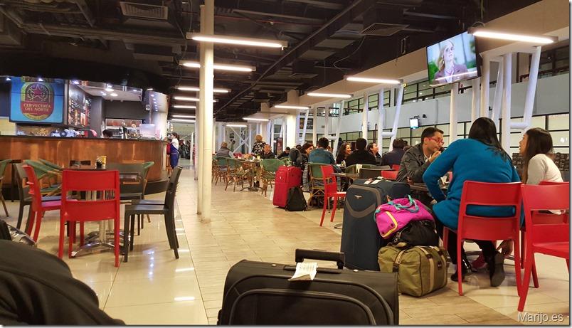 Así están los bares del aeropuerto de Chile a las 5 de la mañana